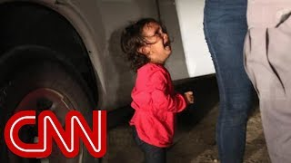 Photographer explains photo of crying toddler at border