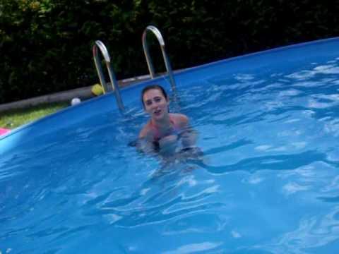 bei meina freundin im pool / by my friend in the pool