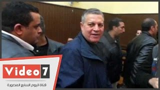 """حمدى الفخرانى خلال مغادرته للمحكمة بالبدلة الزرقاء: """"معملتش حاجة"""""""