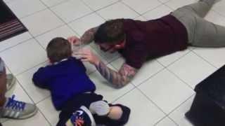 El peluquero que se tiró al suelo para cortar el pelo de un niño autista