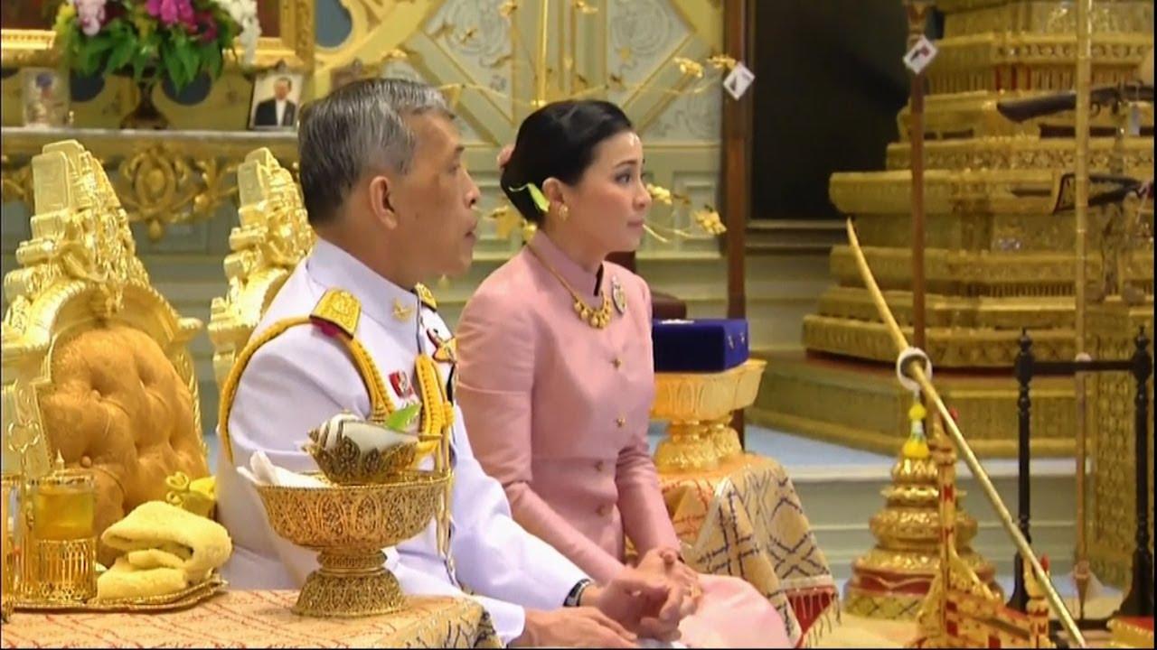 """Raja Thailand Menikahi """"Bodyguard""""-nya dalam Sebuah Upacara Rumit"""