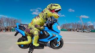 Гигантский Динозавр Сломал mini bike! Малыш Тёма и Сонный Папа Ремонтируют Сломанный mini bike.