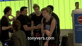 fans go crazy over 5 seconds of summer and harry styles best friend at lax