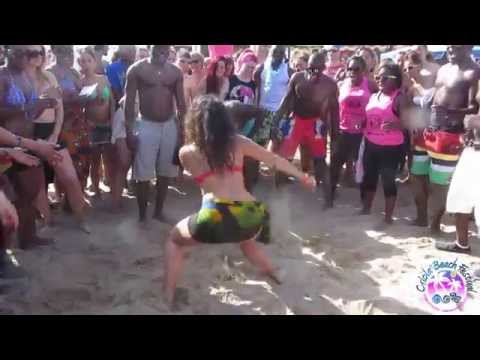 CRIOLA BEACH FESTIVAL 2014: HOT PLAY with a bottle on the beach..