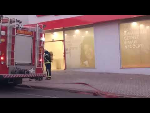 Sistema de segurança dispara e aciona fumaça em agência bancária