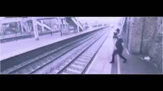 ヤバい!電車へ飛び込む男性  A man jumping into a train