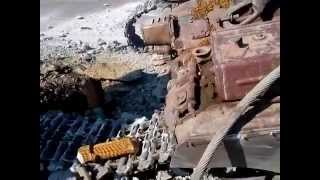 Мариуполь 05.09.14 разбитый танк на блокпосту на трассе Новоазовск. его двигатель работает.(, 2014-09-05T15:45:47.000Z)