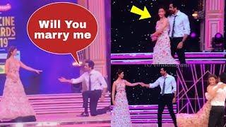Aw!! Ranbir Kapoor proposes gf Alia Bhatt in front of everyone at Awards Function !