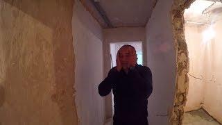 Не можем выровнить стену.Три раза демонтировали штукатурку.Начали штукатурить кухню.Большие слои.