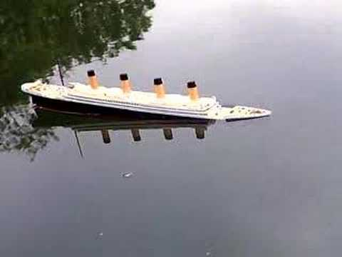 Model Titanic Sinks in 15 seconds - YouTube
