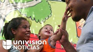 Padres hondureños se reúnen con su bebé quien compareció solo en una corte de inmigración en EEUU