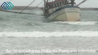 Barco encalha na Praia do Porto em Imbituba na tarde deste domingo 06/12