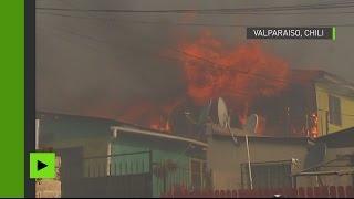 Un énorme incendie de forêt engloutit une centaine de maisons au Chili