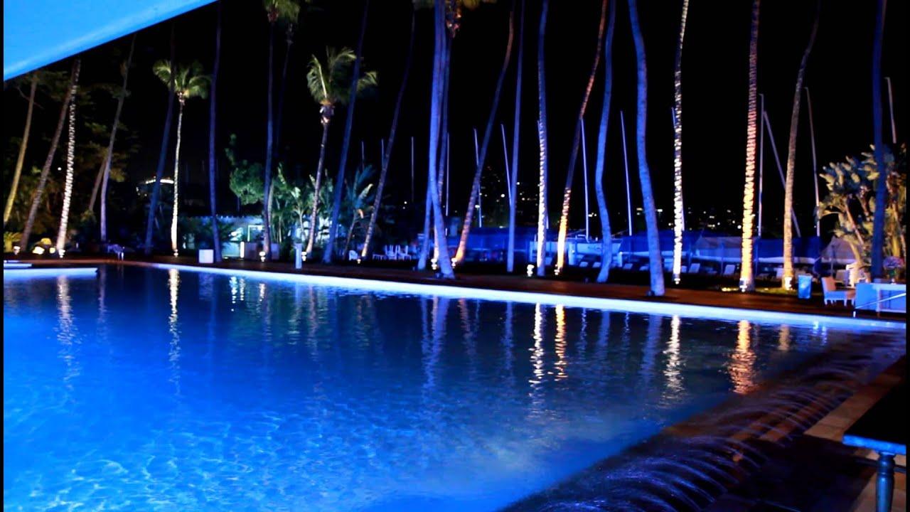 Led piscina e palmeiras com mudan a de cor verde e azul for Led para piscinas