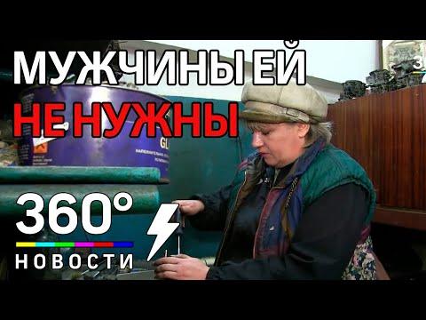 Женщина-автомеханик работает в Курске