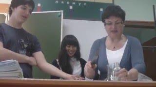 Учитель по химии режет ученику руку!