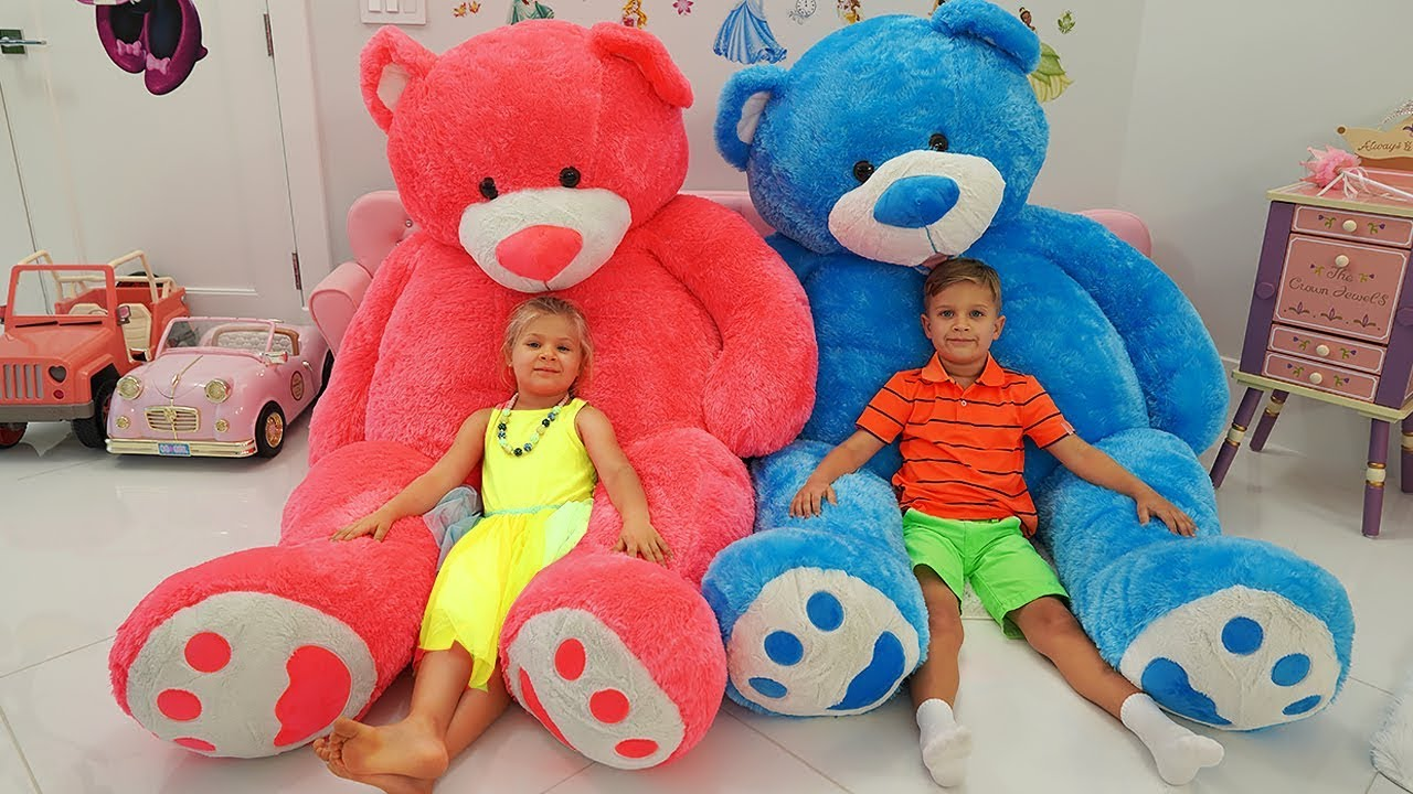 Diana and Roma play with Giant Teddy bears