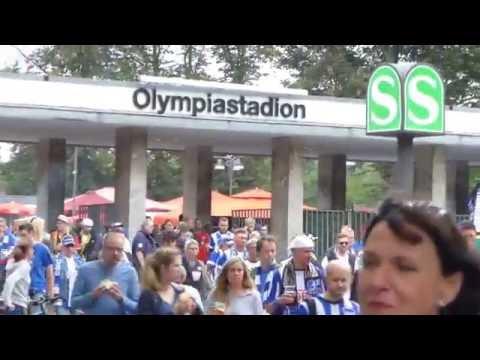 Hertha BSC und Schalke 04 Fans unterwegs zum Olympiastadion