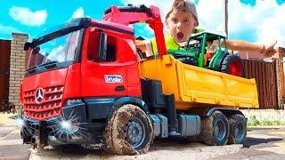 Трактор и Самосвал - Погрузчик BRUDER. Алекс помогает трактору Видео про машинки