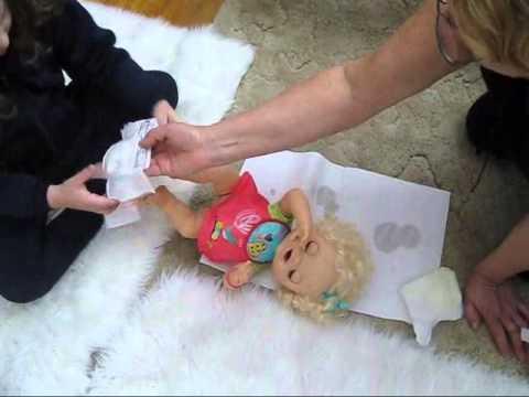 Gabi com sua boneca que faz coco e xixi muito trabalho - YouTube