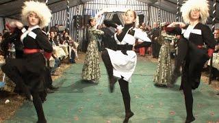 Крымскотатарские девушки танцуют лезгинку.(Выступление на крымскотатарской свадьбе. Музыкальное сопровождение