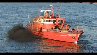 Feuerwehr Feuerlöschboot ohne Umweltplakette fette Rußwolke in Düsseldorf