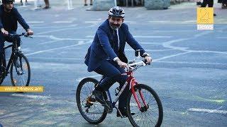 Վարչապետը հեծանիվով ժամանեց բիզնես կենտրոնի բացմանը