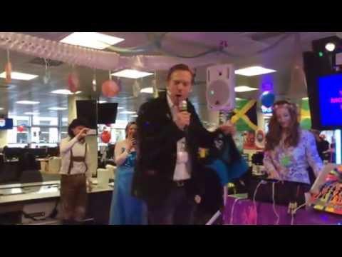 Damian Lewis does a killer Karaoke to Elvis'
