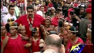 Nicolás Maduro baila con indígenas de la etnia warao en Delta Amacuro