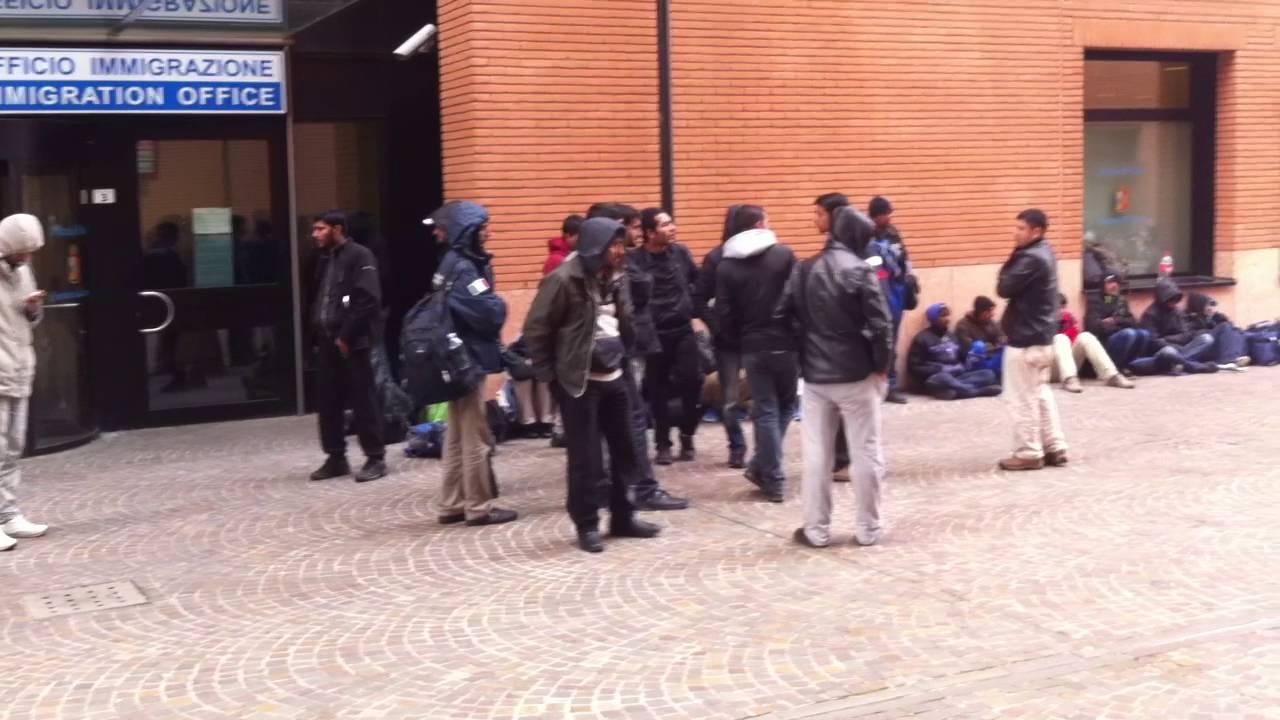 La protesta silenziosa dei profughi all 39 esterno della for Questura di treviso permesso di soggiorno