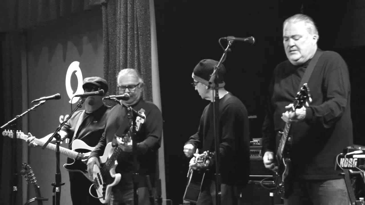 Los Lobos perform \