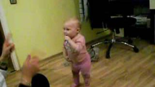 Baby 10 Monate Tanzt und Läuft