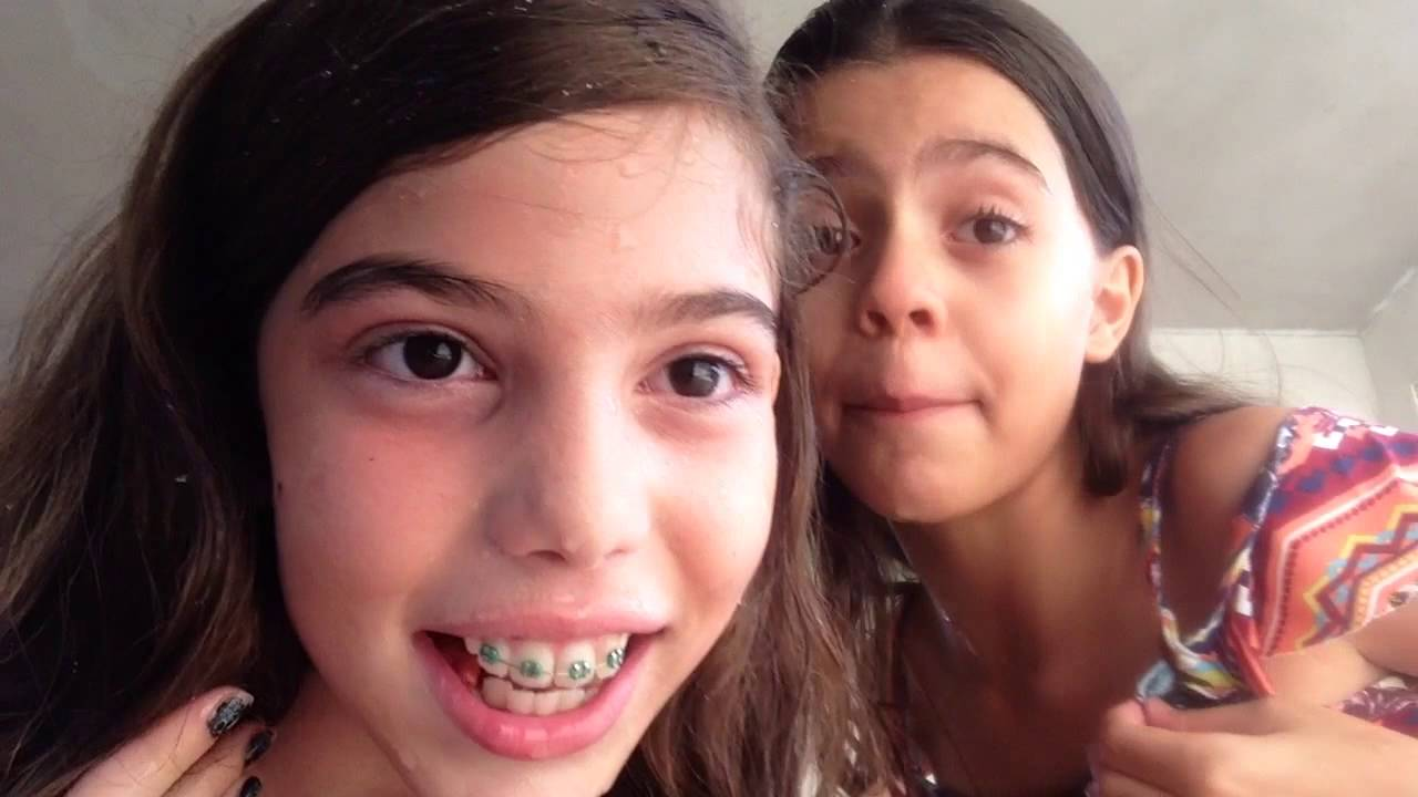 Lara e Maria Fernanda brincadeira da água na boca