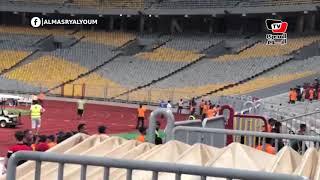 لاعبي منتخب غينيا يذهبون لتحية جماهيرهم قبل انطلاق مباراتهم الودية أمام مصر