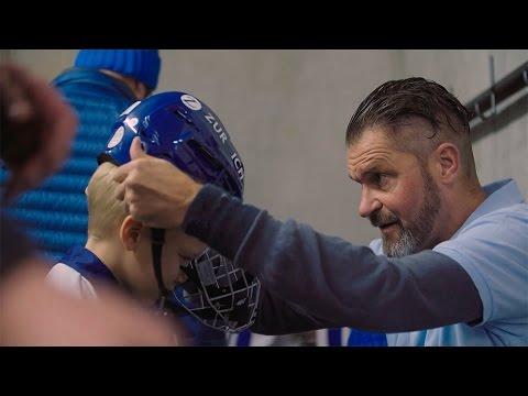 Kinder sprechen über Schutz im Eishockey.