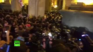 Georgia: La oposición asalta el edificio del Parlamento en Tbilisi