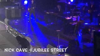 Nick Cave scatenato salta e canta tra Il pubblico dell
