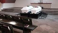 Vapaaehtoiset saattamassa yksinäisiä vainajia haudan lepoon