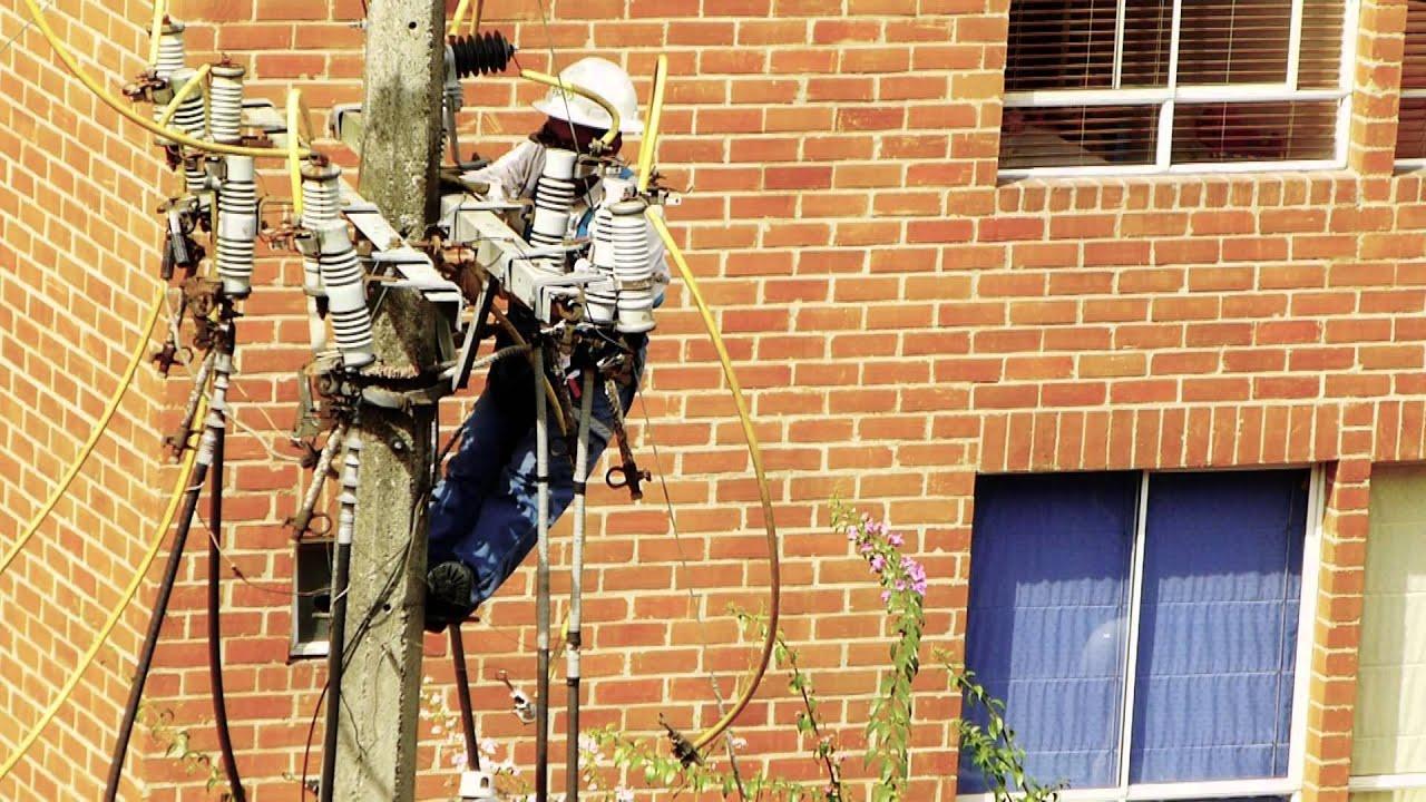 2745, Hombre suspendido en un poste de luz [Efecto], Trabajos ...