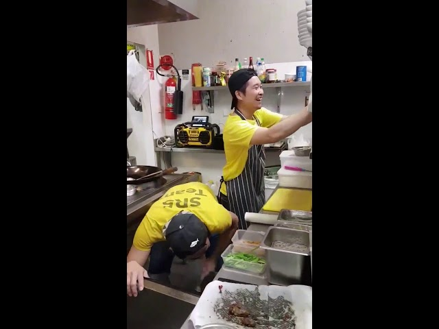 """""""Ти само ти"""" им е хит на готвачи од Тајланд кои работат кај Македонец во Сиднеј"""