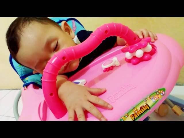 Bayi Mengantuk Tertidur di Baby Walker