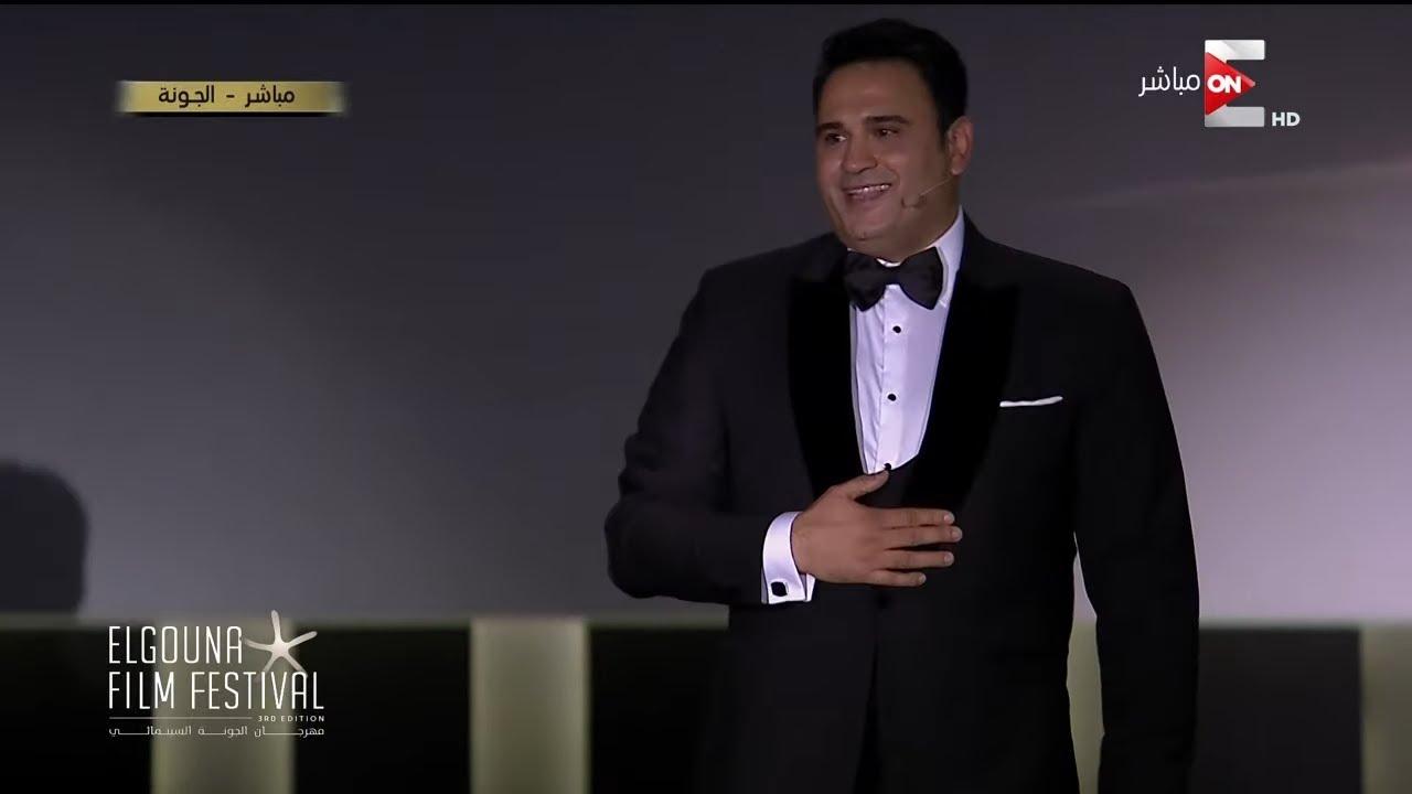 مقدمة كوميدية من الفنان أكرم حسني خلال بداية حفل افتتاح مهرجان الجونة