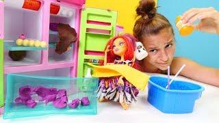 Monster High bebekleri. Toralie buzdolabını açık bırakıyor. Evcilik oyunu