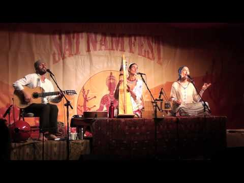 "Mirabai Ceiba Chanting ""I Am Thine/Hummee Hum"" LIVE at Sat Nam Fest West 2013"