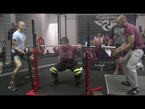 Аня Парджиани,  21 год - присед со штангой 220 кг на 7 раз.