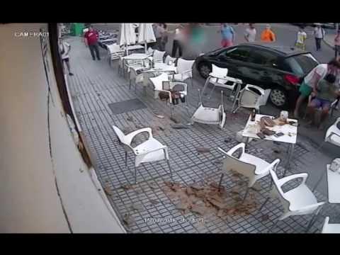 Un balcon s'effondre soudainement sur les clients d'un café !