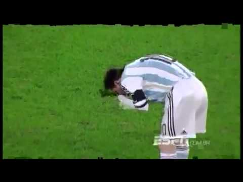 Lionel Messi Vomits on the pitch during Romania vs Argentina ( 05-03-2014)