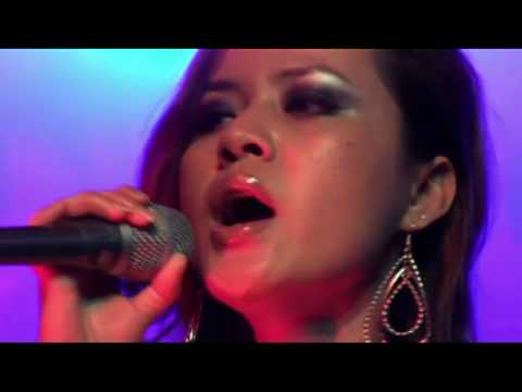 "Jolida  singing ""Karma Teb Sneh"" at New Paradise Restaurant in Long Beach"
