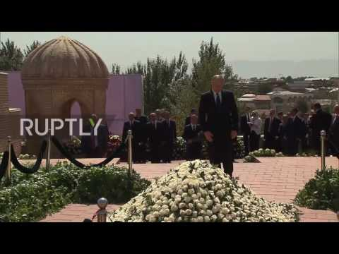 Uzbekistan: Putin pays respects to President Karimov at Samarkand tomb