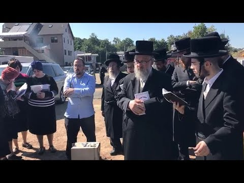 Emotional Lipa Schmeltzer Sings at His Fathers Graveside | מרגש: ליפא מתרפק על קבר אביו